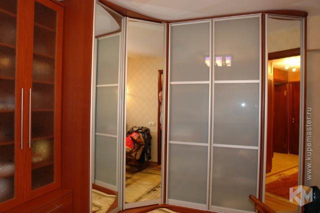 Зеркальный угловой шкаф цвета вишня в купемастер (495) 162-0.
